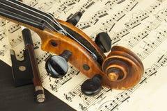 Alte Violine auf Holztisch Detail der alten Violine Einladung zum Violinen-Konzert Ich liebe klassische Musik Verkauf des antiken Lizenzfreie Stockfotos