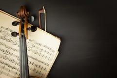 Alte Violine auf Holztisch Detail der alten Violine Einladung zum Violinen-Konzert Ich liebe klassische Musik Verkauf des antiken Lizenzfreies Stockbild