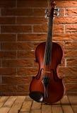 Alte Violine auf Tabelle Stockfotografie