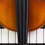 Alte Violine, die auf dem Klavier liegt stockfoto