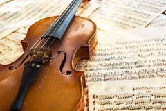 Alte Violine, die auf dem Notenblatt liegt Lizenzfreies Stockfoto