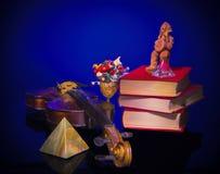 Alte Violine, eine Statue und ein Blumenstrauß Lizenzfreie Stockfotografie