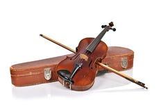 Alte Violine, Fall mit Bogen Stockfotos