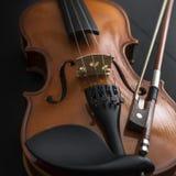 Alte Violine mit Bogen Stockbilder
