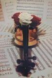 Alte Violine mit musikalischen Anmerkungen und stieg Stockbild
