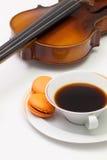 Alte Violine, Tasse Kaffee und traditionelles französisches buntes macaro Lizenzfreies Stockfoto