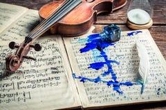 Alte Violine und Blätter Stockbilder