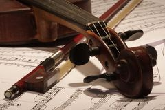 Alte Violine und Bogen Stockbilder