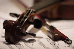 Alte Violine und Bogen lizenzfreies stockbild