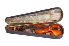 Alte Violine und Bogen im Violinenfall Stockfotografie