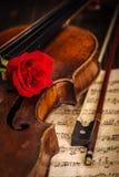 Alte Violine und Bogen mit Rotrose Lizenzfreie Stockbilder