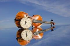 Alte Violine und Borduhrgesicht Lizenzfreies Stockbild