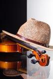 Alte Violine und Strohhut lokalisiert auf Schwarzweiss-Hintergrund Stockfotos