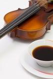 Alte Violine und Tasse Kaffee auf der weißen Tabelle Lizenzfreie Stockbilder