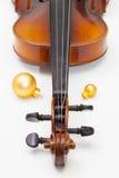 Alte Violine und Weihnachtsdekoration auf der weißen Tabelle Lizenzfreies Stockbild