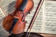 Alte Violinen- und Musicalblätter mit Tinte und Feder Stockbild