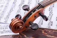 Alte Violinenrolle und Klammerkasten lizenzfreie stockfotos