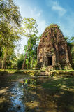Alte vor Tempelruinen Angkor Sambor Prei Kuk kambodscha Lizenzfreie Stockfotos