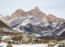 Alte Wände in oberem Balkaria mit Blick auf die Berge Lizenzfreies Stockbild