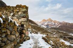 Alte Wände in oberem Balkaria mit Blick auf die Berge Stockfotos