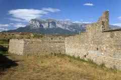 Alte Wände von Ainsa, Huesca, Spanien in Pyrenäen-Bergen, eine alte ummauerte Stadt nahe Parque National de Ordesa Lizenzfreies Stockbild