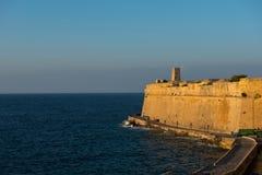 Alte Wände von Valletta-Festung am Abend Stockfotos