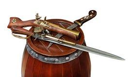Alte Waffen, die auf dem Faß liegen Stockfotos