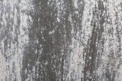 Alte Wand Beschaffenheitsmetalltür es wurde in dunkelgrauem gemalt helle Abnutzung Lizenzfreie Stockfotos