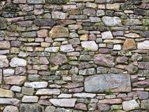 Alte Wand der Steine eines mittelalterlichen Schlosses Lizenzfreie Stockbilder