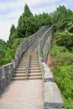 Alte Wand des Bergabhanges in den Späthölzern am sonnigen Tag Stockbild