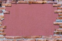 Alte Wand des roten Backsteins über bittersüßem Schimmer des Hintergrundes Stockfoto