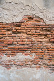 Alte Wand des roten Backsteins in der Wand des Altbaus Stockfotografie