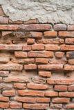 Alte Wand des roten Backsteins in der Wand des Altbaus Lizenzfreie Stockfotografie