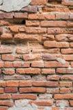Alte Wand des roten Backsteins in der Wand des Altbaus Lizenzfreie Stockfotos
