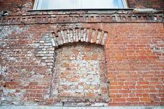 Alte Wand des roten Backsteins innerhalb von einer Wölbung oder des Bogens Ohne Windows und Türen Lizenzfreie Stockfotografie