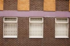 Alte Wand des roten Backsteins mit Fenstern in Wolverhampton Stockbild
