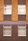 Alte Wand des roten Backsteins mit Fenstern in Wolverhampton Lizenzfreie Stockfotos
