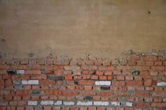 Alte Wand des roten Backsteins mit Gips Lizenzfreie Stockbilder