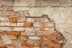 Alte Wand des roten Backsteins mit schädigendem Grey Plaster Background Stockfotografie