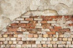 Alte Wand des roten Backsteins mit schädigendem Grey Plaster Background Stockbild