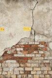 Alte Wand des roten Backsteins mit schädigendem Grey Plaster Background Stockfoto