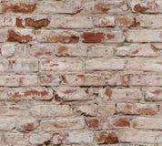 Alte Wand des roten Backsteins mit schädigenden Ziegelsteinen. Stockbilder