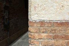 Alte Wand des roten Backsteins und bystreet Hintergrund Lizenzfreies Stockfoto
