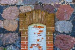 Alte Wand des roten Backsteins und des Natursteins Lizenzfreies Stockfoto