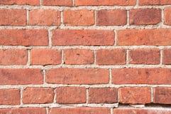 Alte Wand des roten Backsteins zementiert in den Nähten mit Zement Stockfoto