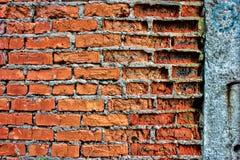 Alte Wand des Schmutzroten backsteins mit Betonmauer, Beschaffenheit oder backgro Lizenzfreie Stockfotos