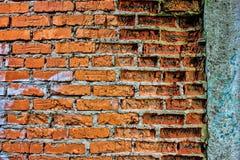 Alte Wand des Schmutzroten backsteins mit Betonmauer, Beschaffenheit oder backgro Lizenzfreie Stockbilder