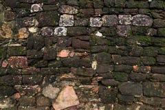 Alte Wand des Weinlese-roten Backsteins mit Weißzement-Hintergrund-Beschaffenheit Lizenzfreie Stockfotos