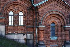 Alte Wand des Ziegelsteines mit rundem falschem Bogen Stockfoto
