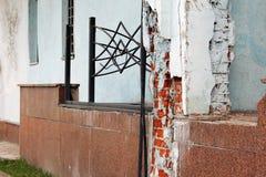 Alte Wand Die Wand fällt auseinander lizenzfreies stockbild